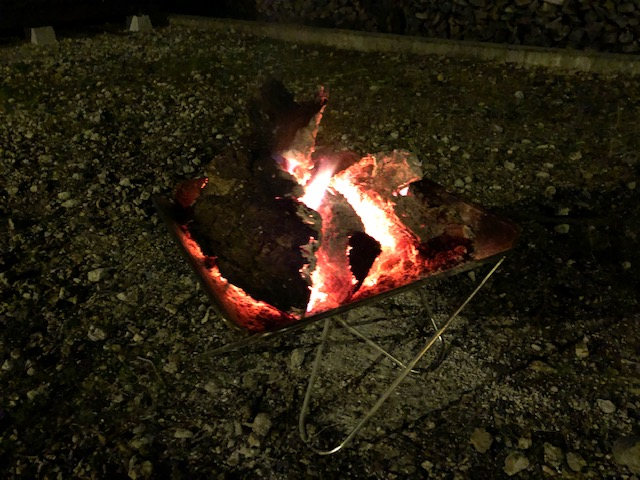 朝から焚火をして、焚火用の玉とか傷んだ節とかそんなのを焚いてやりました。 っていうかいきなりデカイのを投入したんですが