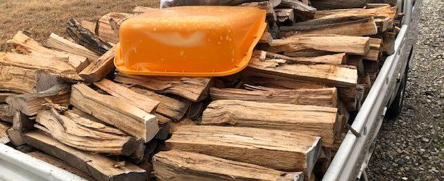 このほか棚から出てきたやたらでかい薪とかは家のほうにもっていって、プレゼントの針葉樹を準備します。2立米なので、2束差し上げます。