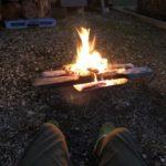 切った玉切り台をで焚火